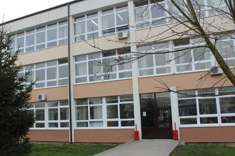 O. Obnovljena fasada škole u Doboju