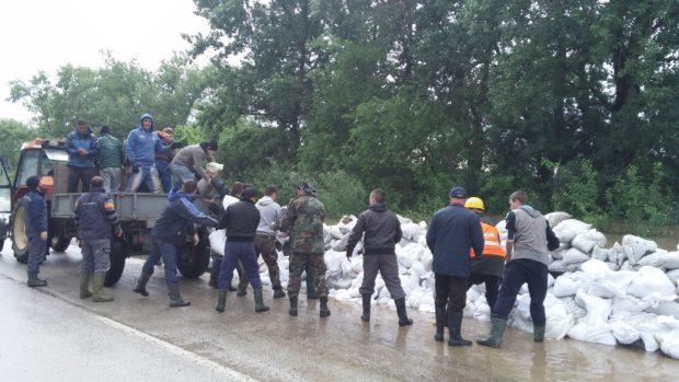 C Zemljoradnici iz Orašja su u maju 2014. godine pravili pješčane brane kako bi zaštitili svoje njive