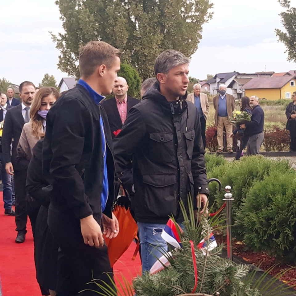 MOMKO KOJIC I DARIO PURIC - KAPITEN I TRENER FK MODRICA POLOZILI CVECE